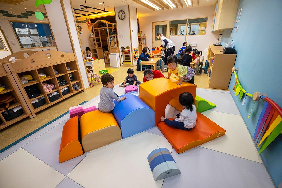 ワンフロアの空間全体にあそびが広がる小規模保育園 <!--#タグ用検索キーワード--> <!--保育園・幼稚園・こども園--> <!--室内環境--> <!--ボブルス社--> <!--ベカ社--> <!--ウェスコ社--> <!--ブロック遊び--> <!--赤ちゃんのあそび場--> <!--異年齢交流--> <!--収納--> <!--ベビー-->