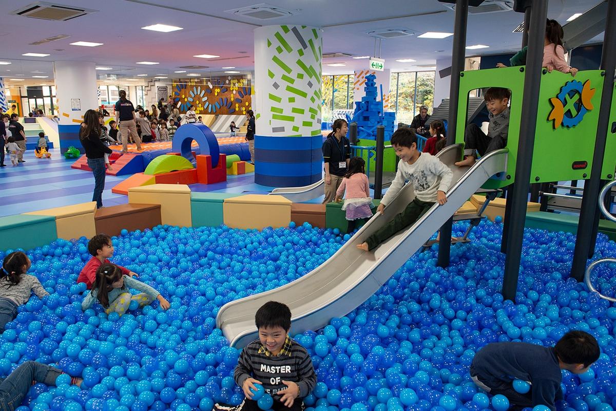 遊園地が、地元親子の新たな居場所に<br /> 雨の日も、思い切り遊べる場所 <!--#タグ用検索キーワード--> <!--インドアプレイグラウンド--> <!--遊園地--> <!--エアトラック--> <!--イマジネーションプレイグラウンド--> <!--ウェスコ社--> <!--コンパン社--> <!--ボブルス社-->